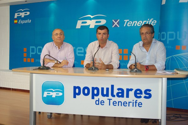 Emilio Navarro (i), junto a Manuel Domínguez y Antonio Alarcó durante la rueda de prensa de ayer.