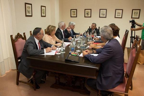 Rivero, con el resto del Gobierno, durante el Consejo que presidió ayer en el Cabildo de Lanzarote. | DA