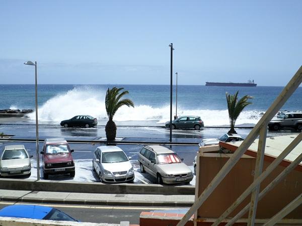 El oleaje, sobre todo en las últimas semanas de agosto, suele golpear con fuerza al frente de San Andrés, algo que pretende evitar el dique. / DA