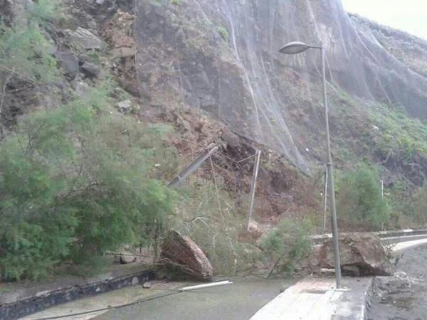 La caída de una roca de diez toneladas en la playa obligó a replantear el sistema de protección. / DA