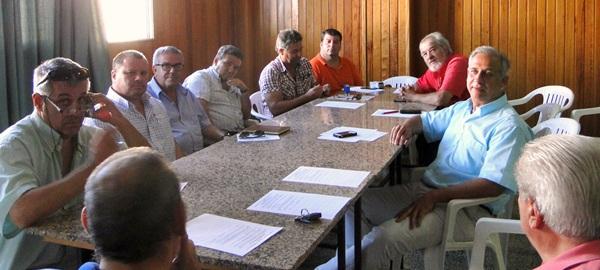 Los representantes del sector del taxi, durante su reunión con miembros de la Alianza de Vecinos. / DA