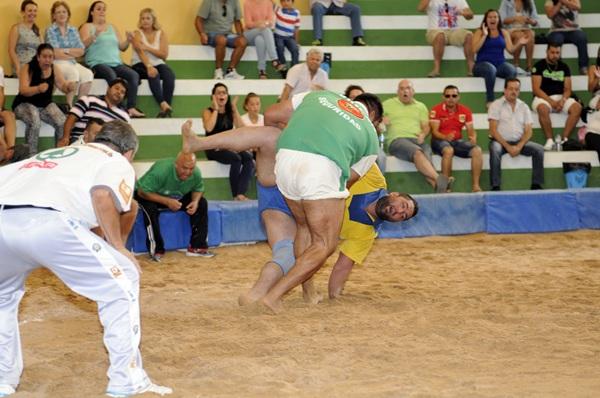 Agustín el Pollo de la Herradura González cae ante Álvaro Déniz, durante el último encuentro de la Liga DISA Gobierno de Canarias. / DONELIA PÉREZ