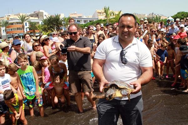 Numerosos bañistas, entre ellos niños, presenciaron la suelta de tortugas. / DA