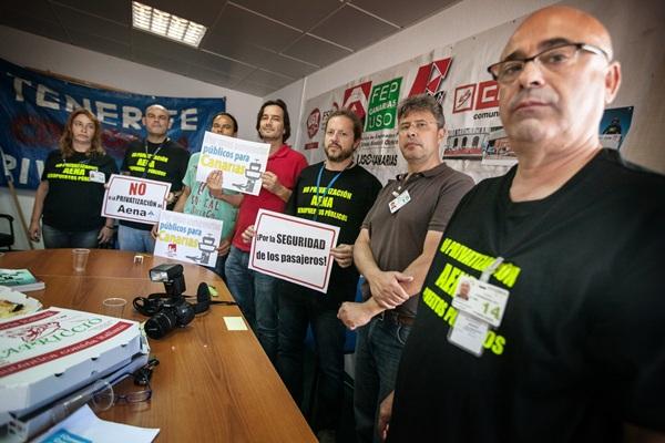 Los delegados sindicales, durante su encierro en las oficinas del comité en Los Rodeos. / ANDRÉS GUTIÉRREZ