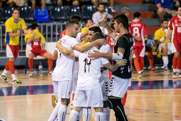 Los jugadores tinerfeños se felicitan tras imponerse en la tanda de penaltis. | ANDRÉS GUTIÉRREZ