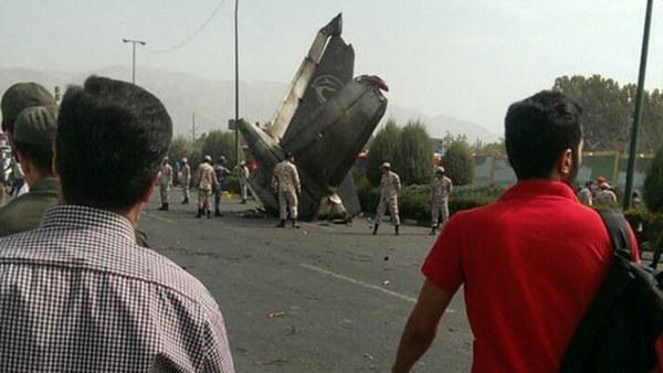 La cola del avión cayó en una carretera.   ISNA