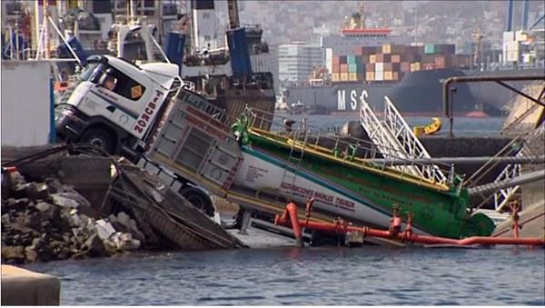 Imagen del camión caído al mar en La Luz. | RTVC