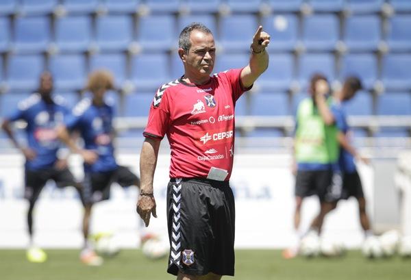 El entrenador blanquiazul durante un entrenamiento. / SANTIAGO FERRERO
