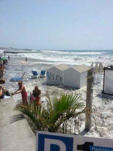 La playa de Fañabé también se ha visto afectada por el oleaje. / DA