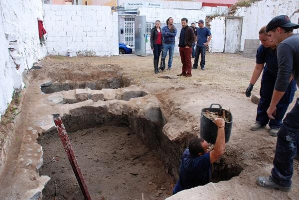 Durante los trabajos del huerto urbano se encontró un antiguo aljibe. / DA