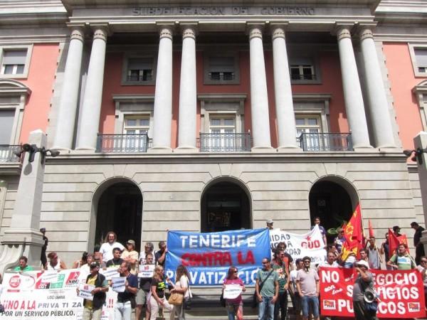 Trabajadores de AENA frente a la subdelegación protestando por la privatización.   EP