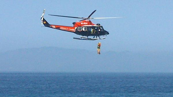 Helicóptero del GES en el momento del rescate. / GERARD ZENOU