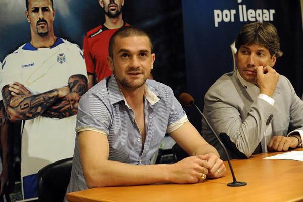 Alfonso Serrano, junto a Cristian García, en el acto de presentación de ayer. / FRAN PALERRO