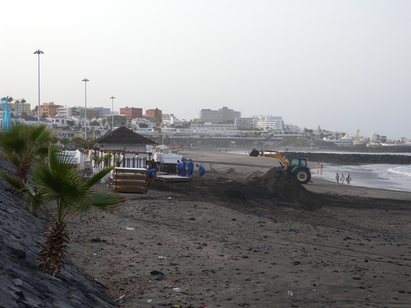 La playa de Fañabé intenta recuperar la normalidad. / J.L.C.