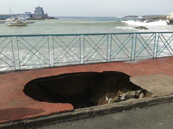 El socavón provocado por las olas obligó al cierre de paseo de Las Galletas. / SERGIO MÉNDEZ