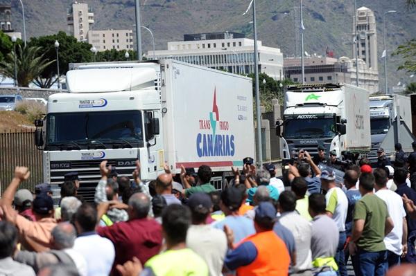 Imagen de una de las últimas movilizaciones del sector del Transporte en Tenerife, que llegó a bloquear varias de las principales vías de la Isla. / DA