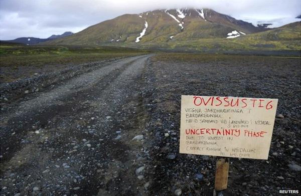 Cartel de precaución de camino al volcán Bardarbunga. | bbc