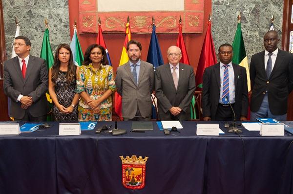 Foto de familia del presidente del Cabildo, Carlos Alonso, con los invitados africanos. / DA