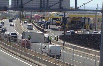 Imagen del accidente a la altura de la gasolinera Disa en Adeje./ LOS JARDINEROS