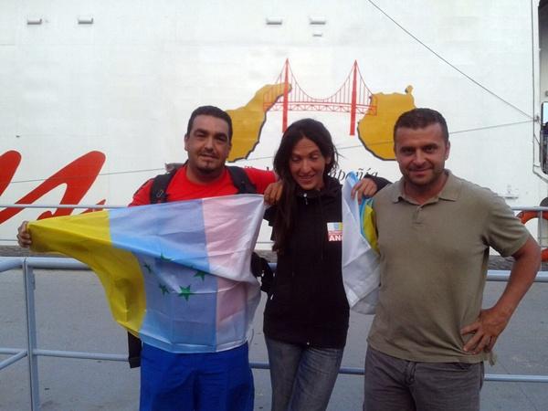 Carlos Hernández, Carmen Limiñana y Santiago Hernández, ayer a su llegada a Gran Canaria. / DA