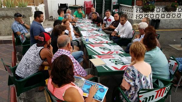 Fraga y otros concejales explicaron a los vecinos el proyecto de desarrollo de El Puertito. / DA