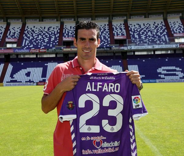 Alejandro Alfaro, el día de su presentación como jugador albivioleta. / CÉSAR MINGUELA
