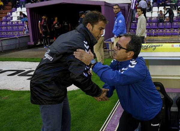 Los dos entrenadores se saludaron antes del partido. / CÉSAR MÍNGUELA