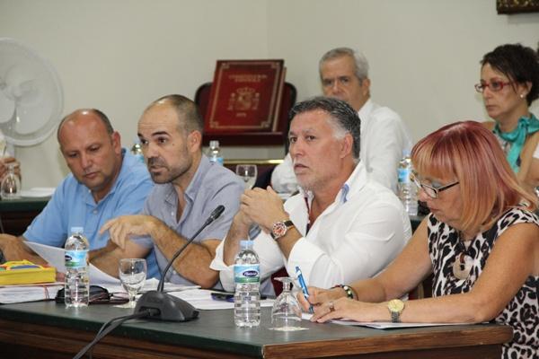 Epifanio Díaz, segundo por la izquierda, concejal de Hacienda. / DA