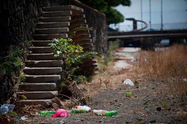 Depositar basura fuera de los contenedores se multa también.  / FRAN PALLERO