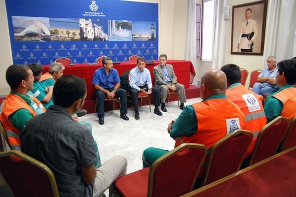 José Manuel Bermúdez y Dámaso Arteaga, con los trabajadores de la empresa concesionaria Urbaser. / DA