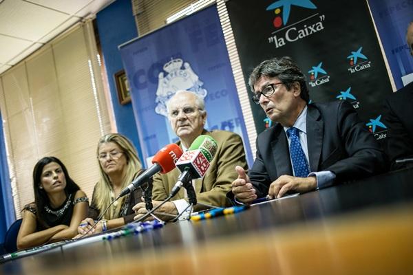 Representantes de la entidad financiera y de la patronal, ayer en una rueda de prensa. / ANDRÉS GUTIÉRREZ