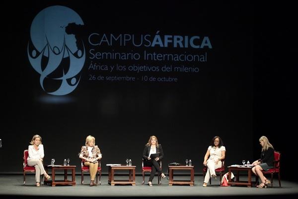 El foro, que tuvo lugar bajo el epígrafe Mujeres africanas y desarrollo, se celebró en el Teatro Leal. / DA