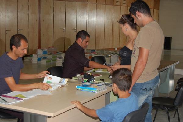 El Ayuntamiento sigue con la campaña de préstamo de los libros de textos. / DA