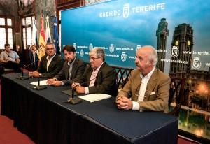 Carlos Alonso y Pedro Cuesta suscribieron el documento ambiental en la jornada de ayer. / DA
