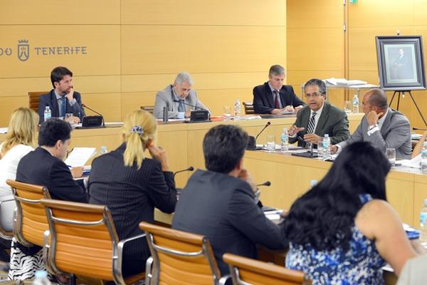 Los consejeros insulares, durante el debate plenario de ayer. / SERGIO MÉNDEZ