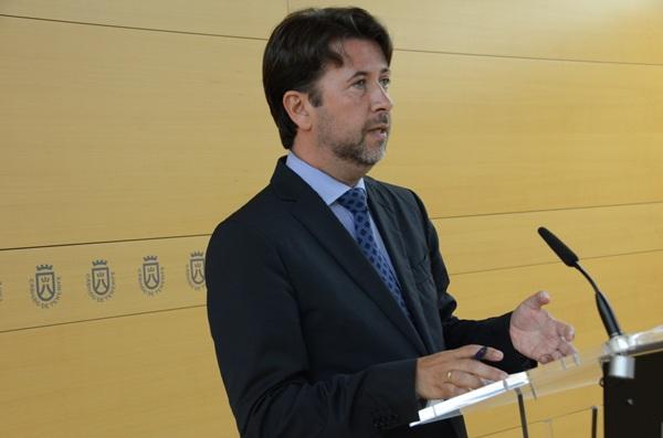 El presidente del Cabildo, Carlos Alonso, ayer en la rueda de prensa. / DA