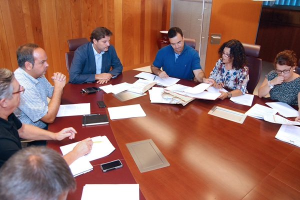 José Ángel Martín (c), durante la reunión ayer de la mesa de contratación en la Gerencia de Urbanismo. / DA