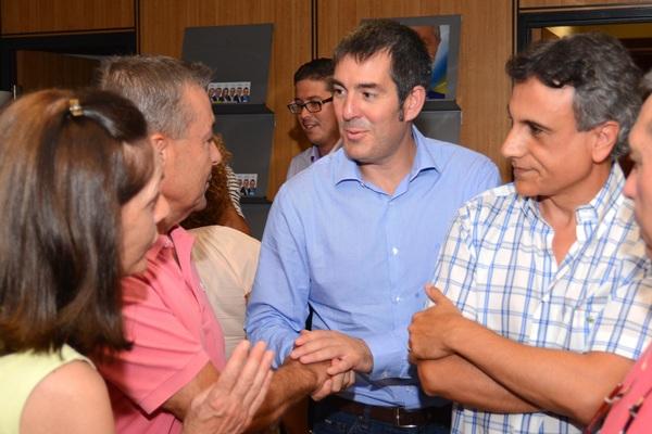 Paulino Rivero y Fernando Clavijo se saludan antes del último Consejo Político de CC-Tenerife. /  SERGIO MÉNDEZ