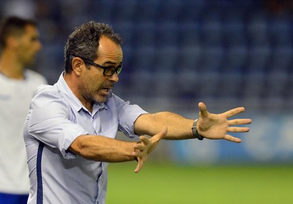 El entrenador del CD Tenerife, en plena acción en el choque ante el Mirandés de la jornada pasada. / S. MÉNDEZ