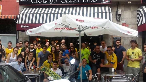 Imagen de aficionados de los dos equipos en los exteriores de este guachinche urbano en Madrid. / DA