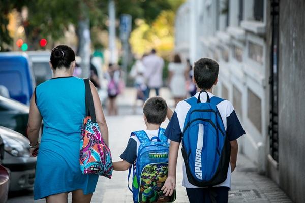 Los niños canarios volvieron a madrugar ayer para empezar un nuevo curso escolar. / ANDRÉS GUTIÉRREZ