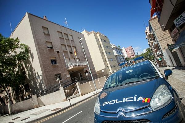 Fachada de la comisaría del Cuerpo Nacional de Policía en Pérez de Ayala, ayer en Santa Cruz. / ANDRÉS GUTIÉRREZ