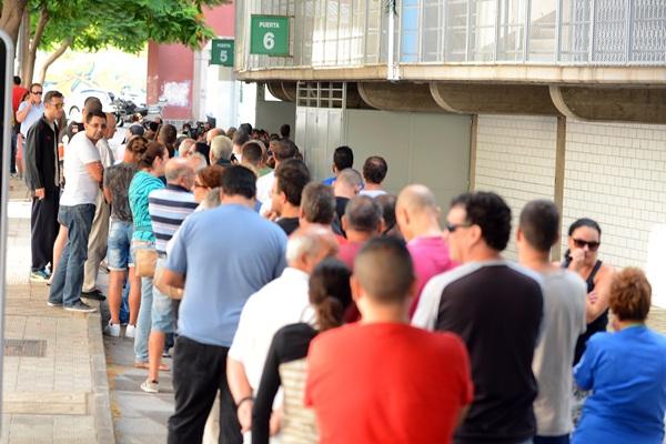 Alrededor de 250 personas se dieron cita en las taquillas del Heliodoro a primera hora de ayer. / SERGIO MÉNDEZ