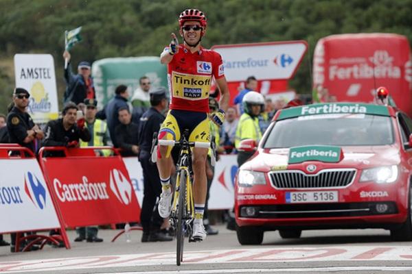 El ciclista de Pinto entra como vencedor en la meta. / LAVUELTA.COM