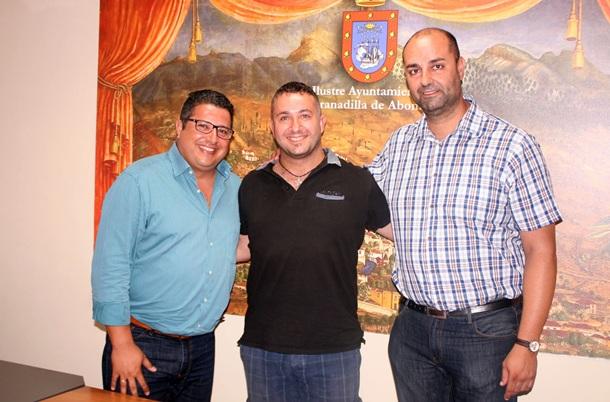 Iván Rodríguez, presidente del San Isidro, entre Esteban González y Marcos González Alonso