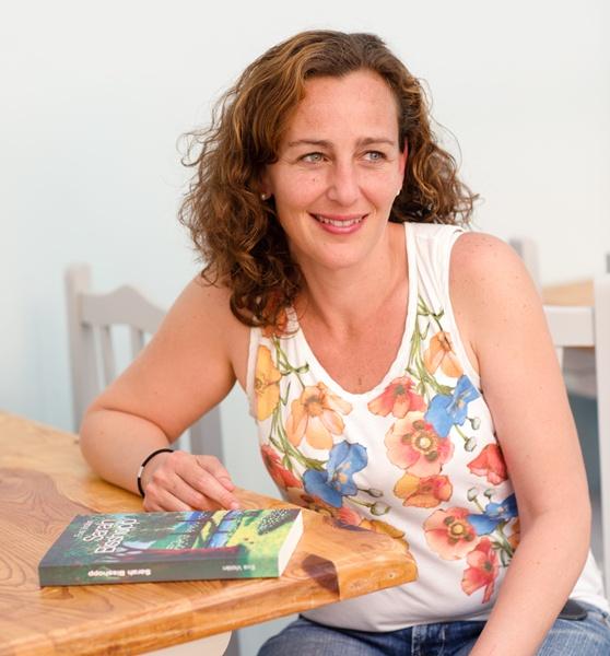 Eva Violán publica su primera novela ambientada en Tenerife. / PATRI CÁMPORA (LA CASA DE LA PLAYA) (AMBIENTE:  Pizzería la ecológica)