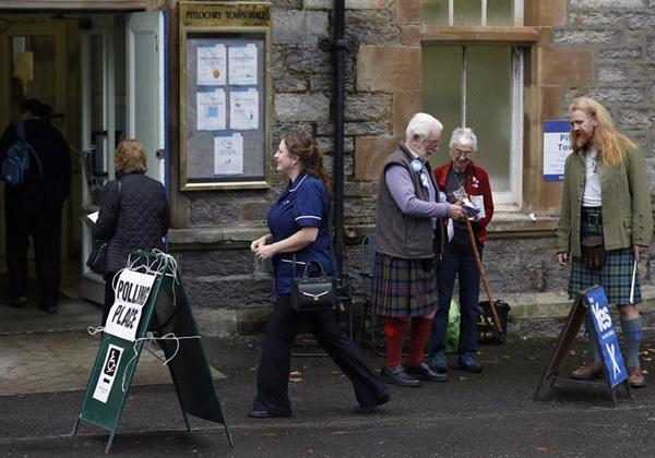 Votantes escoceses, ayer en un centro electoral; hoy, a primeras horas de la mañana, se sabrá el resultado del referéndum. / EP
