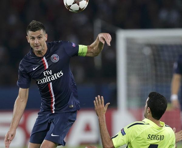 El jugador del PSG Motta disputa el balón con Sergio Busquets. / REUTERS