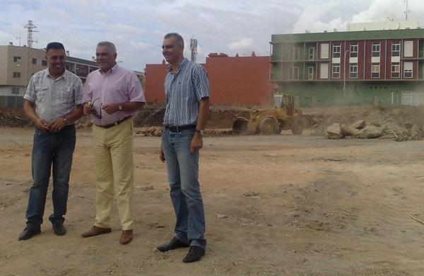 Rodríguez, González y García visitan una de las obras del Plan de Rehabilitación Urbana. / DA