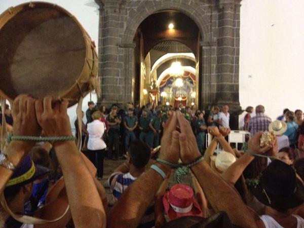 Los tocadores se atacaron su manos ante la Guardia Civil. / DA